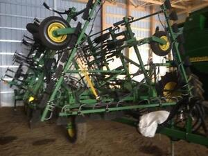 JD610 32' Seed Tool and JD787 130Bus Air Cart w/ Packer