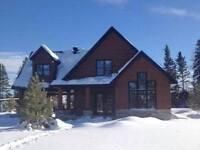 Maison neuve, vue sur les monts Valin et rivière Chicoutimi