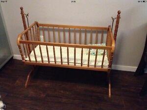 Lit pour bébé en bois