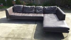large black leather L-shape sofa   it si in very good condition   Dime