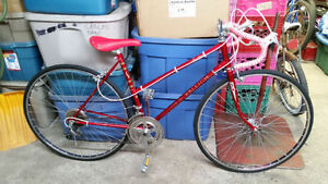 Vélo de course raleigh rouge 10 vitesses roues 27po cadre 19.5po