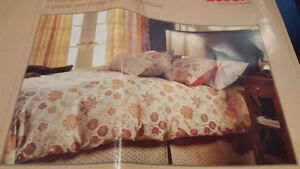 Beautifull King Size Conforter with Bed Skirt and 2 Pillow Shams