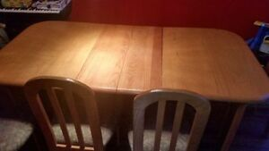 Oak Wood Dining Table with 2 matching Leaves and 4 chairs