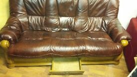 Brown leather settee in fantastic condition and lovely design has been reduced