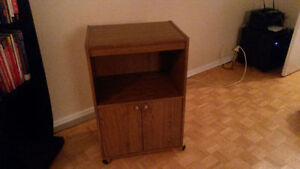 Cabinet / bookcase and two plastic chairs