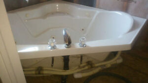 Corner bathtub / Jacuzzi in good condition for sale 150