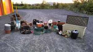lot de 200 articles de jardinage pour 110$: boyau,coffre,chariot