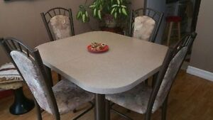 Dining room table + 4 chairs set – excellent condition