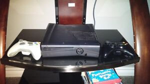 Xbox 360 4gb system with 2 con 6 games