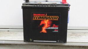 Prix Réduit! Motomaster Eliminator 12 volts 570 amps.  Puissante
