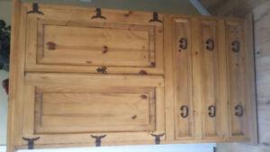 A qui la chance armoire pin antique  doit partir