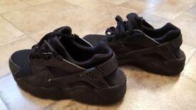 Boys black hurraches 3.5 size . Ex condition