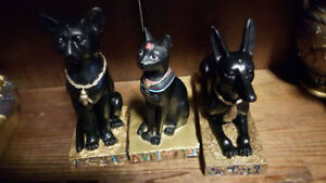 FIGURINES EGYPSIENNES SARCOPHAGES, VASES, CHATS...