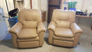 2 LA-Z-BOY Leather Recliners in 10/10 Condition