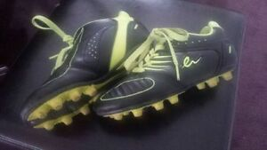 GIRLS SOCCER SHOES SIZE 2