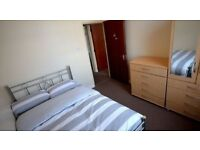 Spacious double room minutes to OVAL STATION