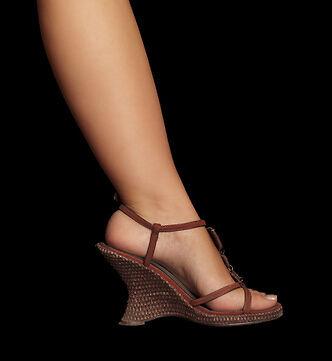 Trendige Wedges: Welche Kleider und Röcke passen zu Damenschuhen mit Keilabsatz?