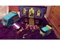 scooby doo mansion, 3 vans 10 figures