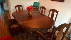 Beautiful oak dining room set with table and six chairs
