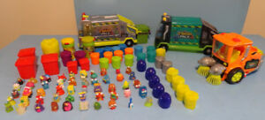 LOT DE TRASH PACK, CAMIONS, FIGURINES ET POUBELLES