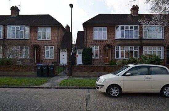 2 bedroom flat in Bicknoller Road, Enfield