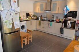 4 bedroom flat in Stonard Road, Palmers Green