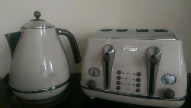 Delonghi Matching Kettle And Toaster In Cream And Brown