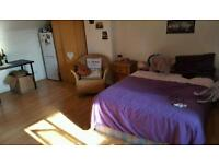 Large and bright double room in a private court