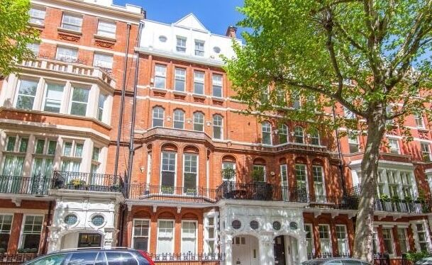 This is a stylish and well proportioned one bedroom raised ground floor flat in South Kensington
