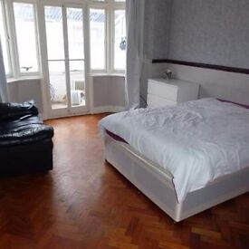 A lovely double room en-suite in the heart of Hayes. All bills included, single person only.