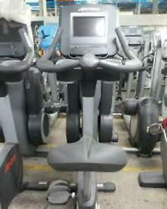 Life Fitness Discover Series SI Commercial Upright Bike