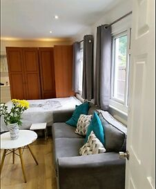 Beautiful En-suite Double Room to Rent in Northumberland Crescent, Feltham TW14. (For Female Only)