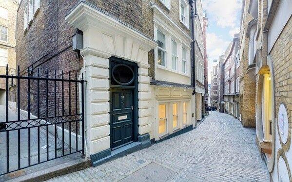 3 bedroom house in Lovat Lane, London