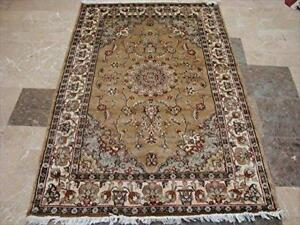 Exclusive Ivory Medallion Flowers Lovely Hand Knotted Area Rug Wool Silk Carpet (6 X 4)'