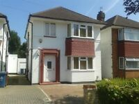 Large 4 bed 2bath Detached house with garden, garage and parking space