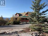 4 Bedroom Log Home in Penticton with GORGEOUS Views!