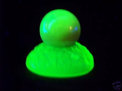 """VASELINE GLASS 1"""" SHOOTER MARBLE & 1 GUM MARBLE HOLDER  GLOW    (( id143255 ))"""
