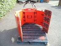 Cascade rotating paper roll clamp for forklift trucks