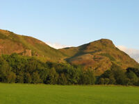 Bright 2 bed flat with stunning views of Arthur's Seat, Holyrood