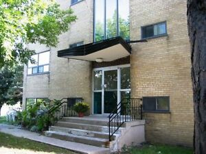 Room in 2-Bdr apartment near Mac (NO LEASE)