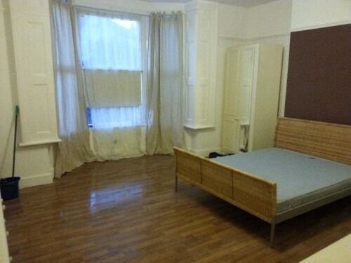 A very large and clean DOUBLE ROOM close to SEVEN SISTERS Underground Station
