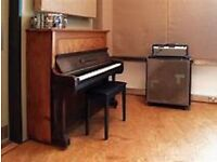 Free piano lessons on an antique piano for your skills - Exchange
