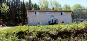 Fantastic country setting home, on one acre lot