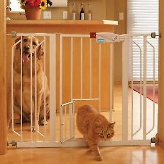 Carlson extra wide Safety gate with pet door