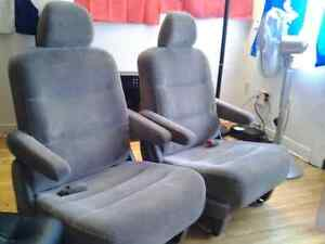 2 HONDA ODYSSEY CAR SEATS CHAIRS 2 FOR 20$