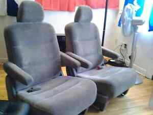 2 HONDA ODYSSEY CAR SEATS CHAIRS 2 FOR 80$