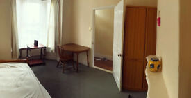 Large spare front room available in nice area of Portsmouth (Baffins). £360 per calender month.