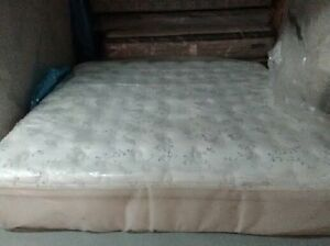 Beautiful King Size KINGSDOWN Mattress and Box --Free Delivery