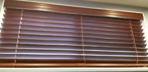 Stores horizontaux de couleur brune / Brown Horizontal Blinds