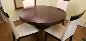 Table cuisine en bois  + 4 chaises en cuir tan !